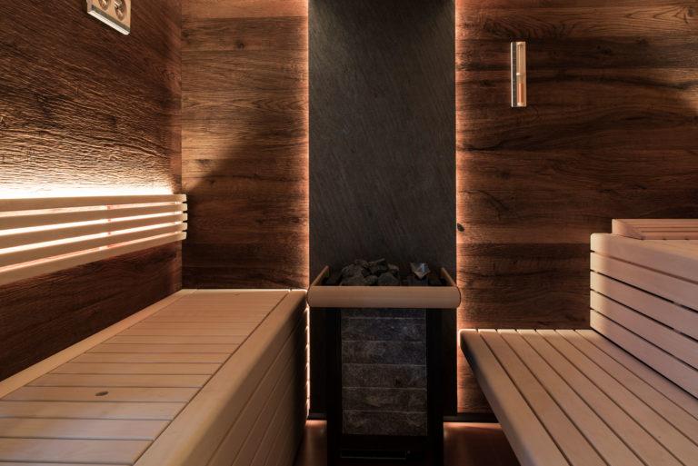 Saunaofen mit Steinrückwand