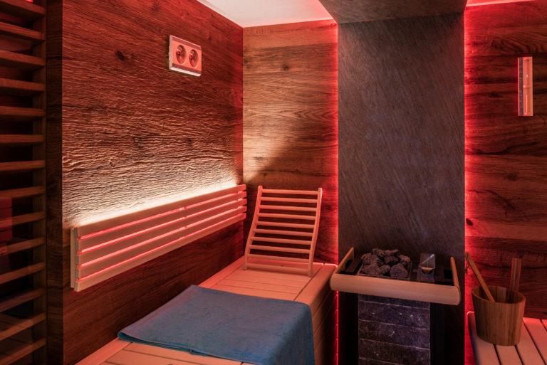 Saunaofen mit Steinrückwand und Farblicht
