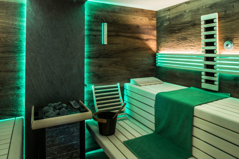 Sauna mit Farblicht und Steinrückwand