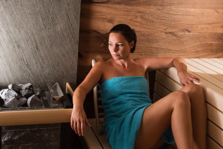 Sauna mit Steinrückwand und Model