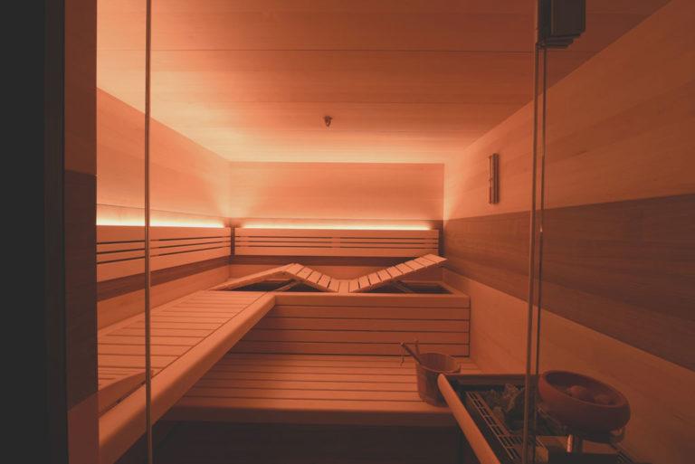 Sauna mit ergonomischer Liege