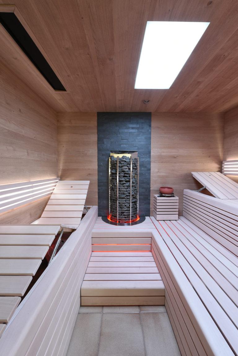 Sauna mit Steinrückwand